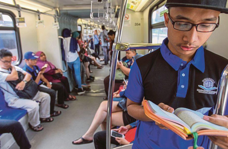 PESERTA program Quran Sana Sini menaiki LRT dari Stesen Gombak ke Kuala Lumpur Sentral.