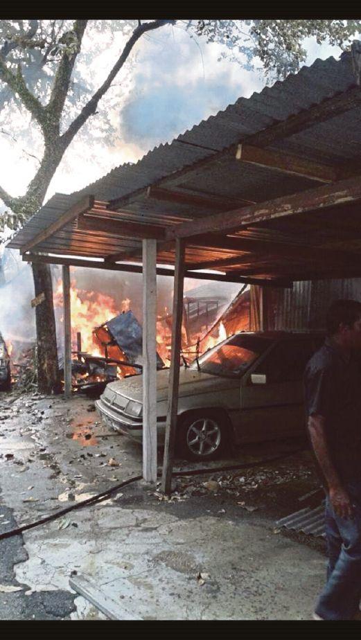 API kebakaran marak dengan pantas dalam kejadian kebakaran di PJS 1, Kampung Pinang.