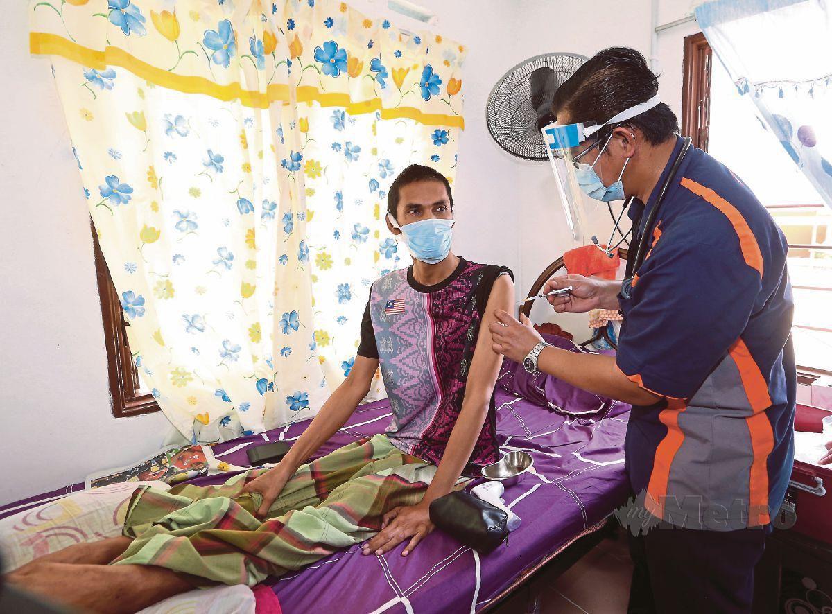 Yatim Deron, 49, antara 179 orang masyarakat Orang Asli yang menerima suntikan vaksin Covid-19 di  di Kampung Orang Asli Tanah Abang, Mersing, Johor. FOTO NUR AISYAH MAZALAN