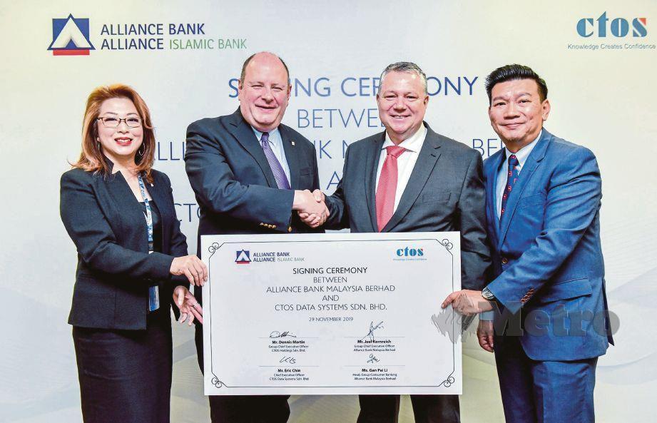 CEO Kumpulan Alliance Bank, Joel Kornreich (dua dari kiri) dan Martin (dua dari kanan) pada majlis menandatangani perjanjian kerjasama.