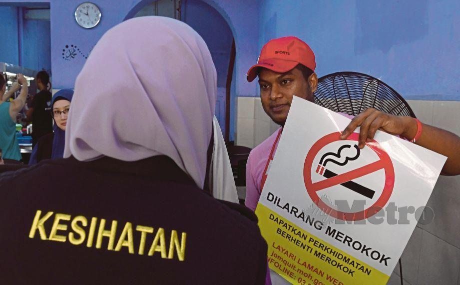 KAKITANGAN Pejabat Kesihatan Daerah Timur Laut, Pulau Pinang mengedarkan poster larangan merokok di premis makanan di Kompleks Tun Abdul Razak (Komtar) pada Operasi Penguatkuasaan Peraturan-Peraturan Kawalan Hasil Tembakau 2004 (Op PPKHT), semalam.