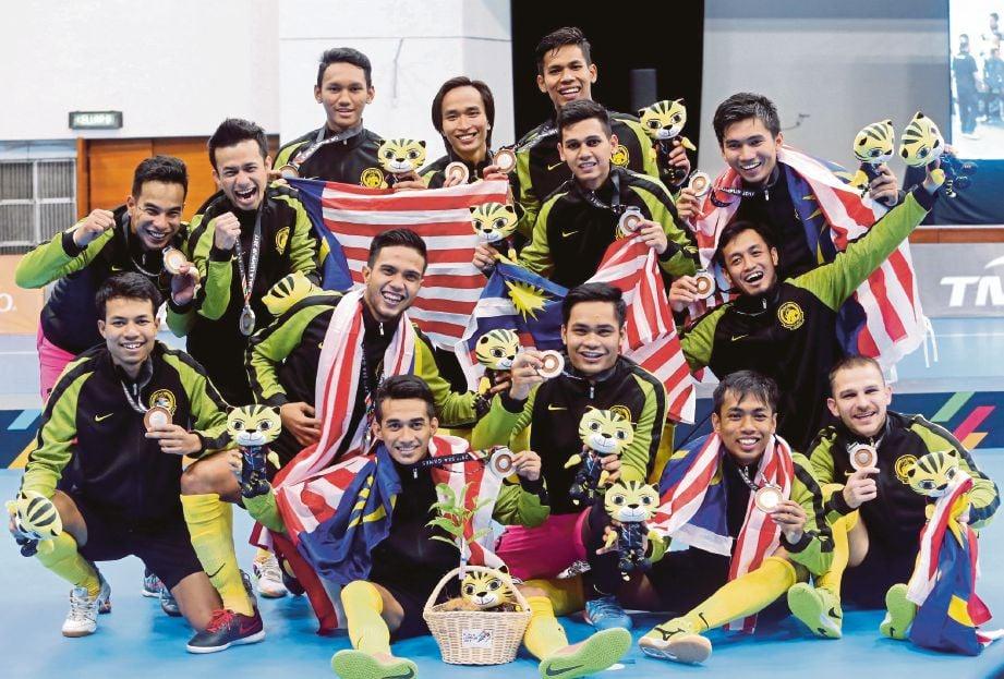 SKUAD futsal lelaki negara meraikan kejayaan memenangi pingat perak pada Sukan SEA lalu.
