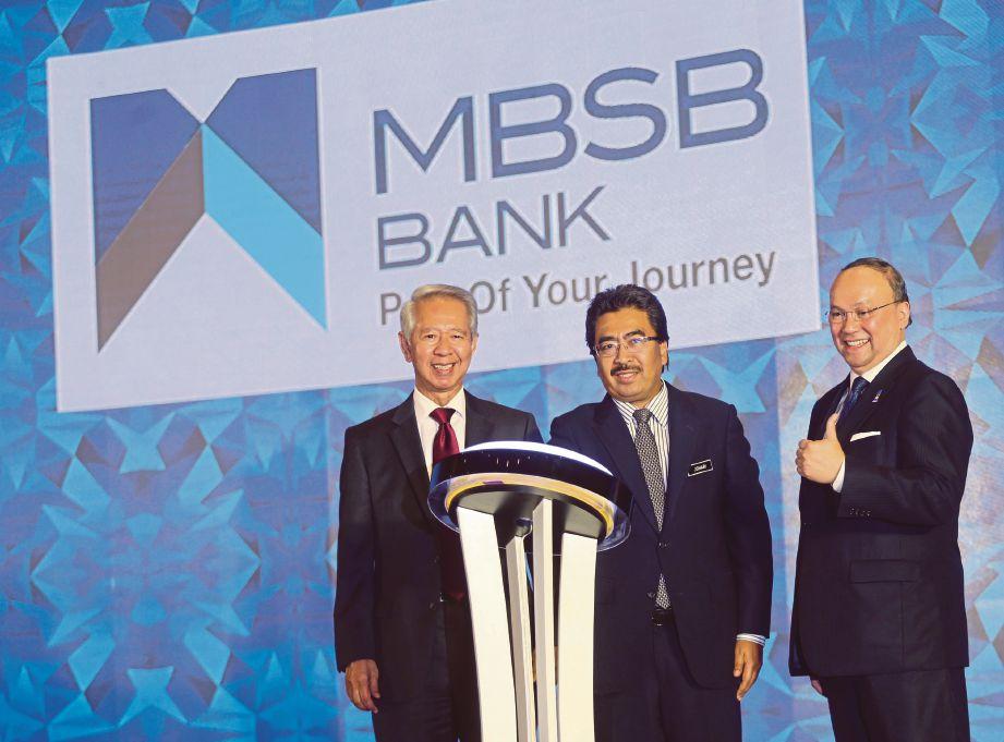 JOHARI (tengah) melakukan perasmian penjenamaan baru MBSB Bank sambil diperhatikan Ahmad Zaini (kanan) dan Abdul Halim.