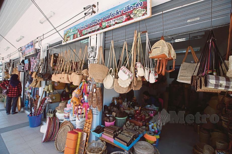 SEBAHAGIAN kraf tangan yang dijual di Tasik Thale Noi. FOTO Yazit Razali dan Faliq Lajim