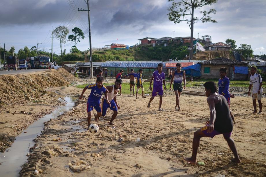 PEMUDA Rohingya beriadah di kem pelarian.