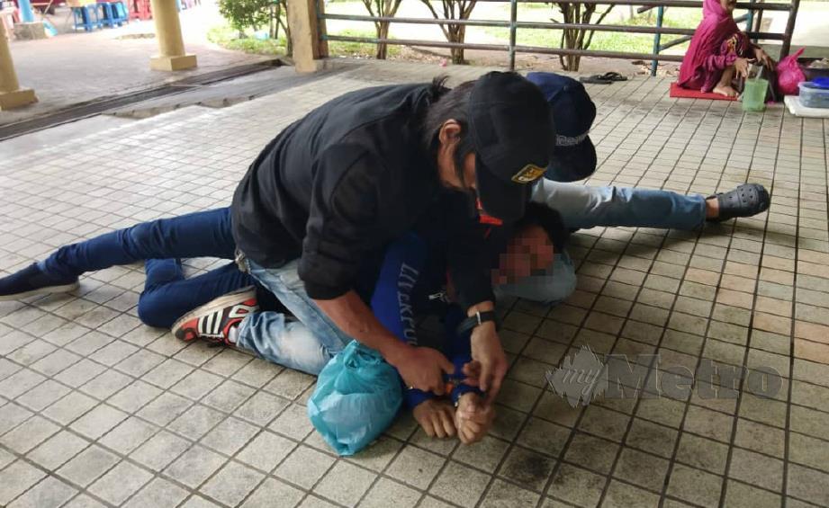 PEKERJA asing warga Nepal yang ditahan selepas bertindak agresif semasa Operasi Bersepadu (Ops Sapu dan Jaja) Jabatan Imigresen Malaysia (JIM) Kedah sekitar pasar pagi dan premis perniagaan, semalam. FOTO Ihsan JIM