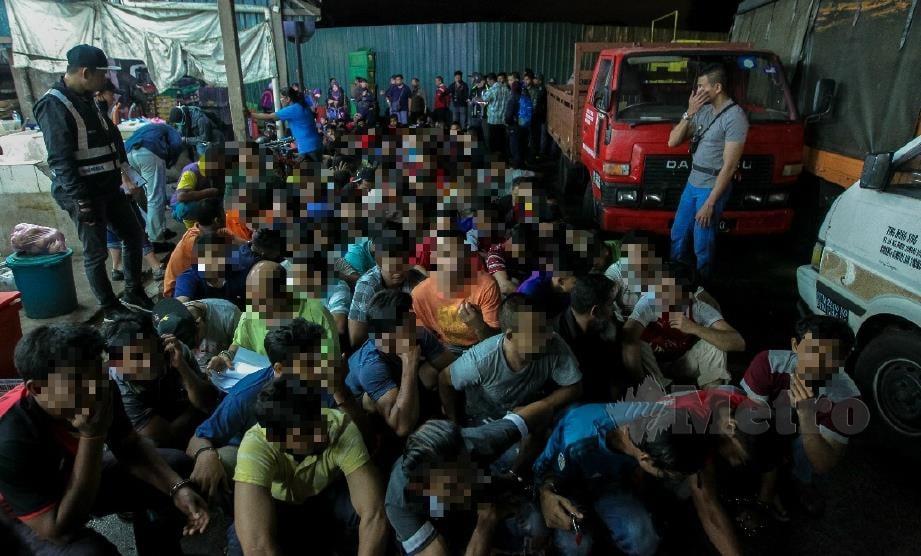 ANTARA pendatang asing yang ditahan ketika Operasi Jabatan Imigresen di Pasar Borong Selayang. FOTO Asyraf Hamzah