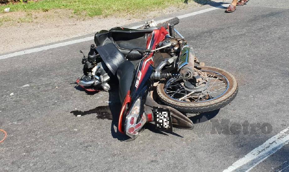 KEADAAN motosikal milik Loh Kim Hong selepas terbabit dalam kemalangan di Kilometer 72, Jalan Yong Peng - Kluang, simpang tiga masuk ke FELDA Kahang Barat, Kluang. FOTO Ihsan PDRM