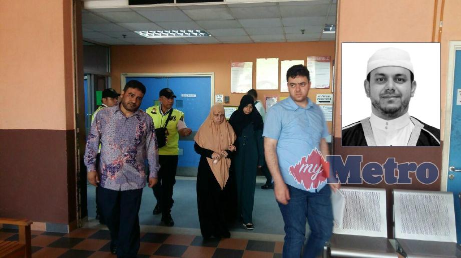 DR Rami AlBatsh (kanan), Enas (tiga dari kanan) dan rakan Allahyarham, Dr Abdul Rahim hadir di Unit Forensik Hospital Selayang bagi urusan membawa pulang jenazah Dr Fadi M R AlBatsh yang ditembak mati dua lelaki dalam kejadian Sabtu lalu. FOTO Mohd Azam Shah Yaacob