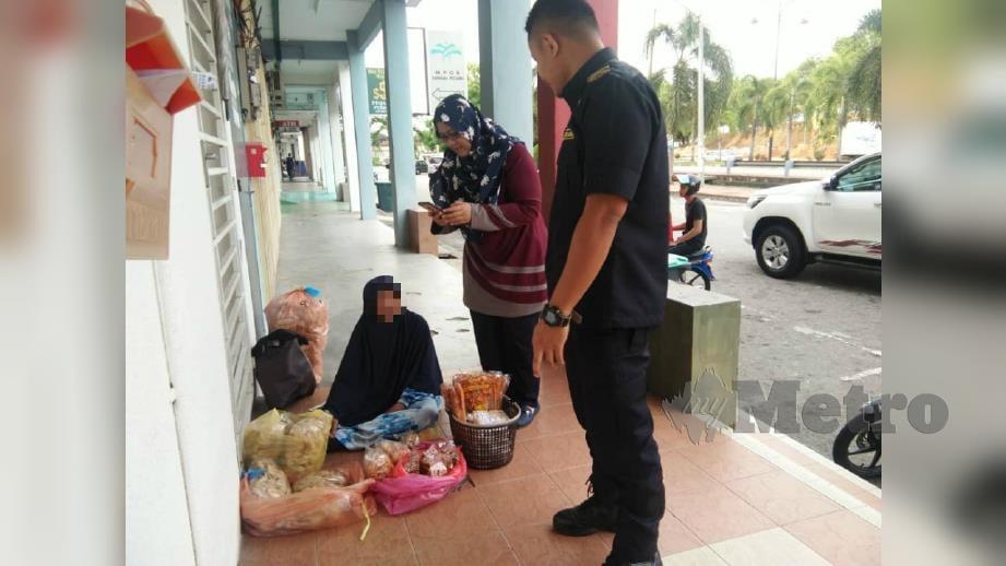 SEORANG daripada wanita warga Thailand yang diselamatkan dalam Operasi Bersepadu Menyelamatkan Pengemis dan Orang Papa semalam selepas menjalankan perniagaan tanpa lesen di hadapan bank. FOTO Nor Farhani Che ad