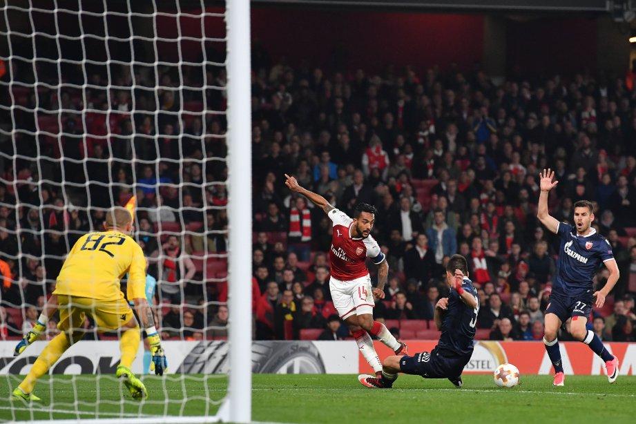 PEMAIN tengah Arsenal, Theo Walcott (tiga dari kanan) terlepas peluang untuk menjaringkan gol. FOTO/AFP