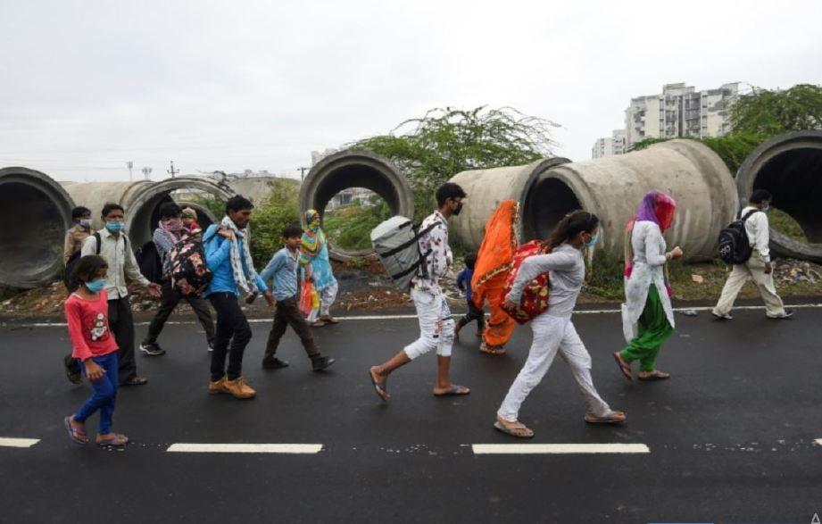 ANTARA ribuan pekerja migran yang berjalan kaki untuk pulang ke kampung. FOTO Agensi
