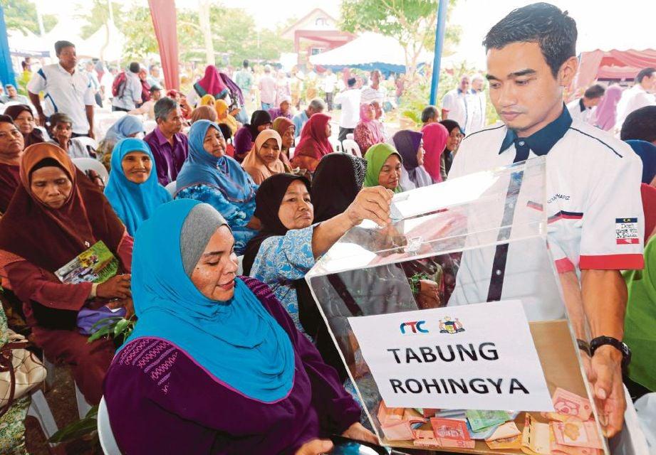 """JASIN 15 DECEMBER 2016. ( MB753P / kuota MRSM ) Antara pengunjung menderma untuk tabung Rohingya pada Majlis Pelancaran Projek Pembangunan Rakyat Terpimpin (PPRT2) dan Pelancaran Tabung Amal """"Demimu Rohingya"""" Peringkat Negeri Melaka yang dirasmikan Menteri Kemajuan Luar Bandar dan Wilayah, Datuk Ismail Sabri Yaakob di RTC Sungai Rambai, Jasin. NSTP/ RASUL AZLI SAMAD"""
