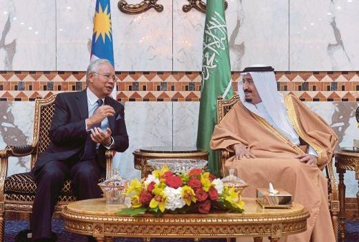 NAJIB  berbincang dengan  Raja Salman   dalam pertemuan   Rabu lalu.