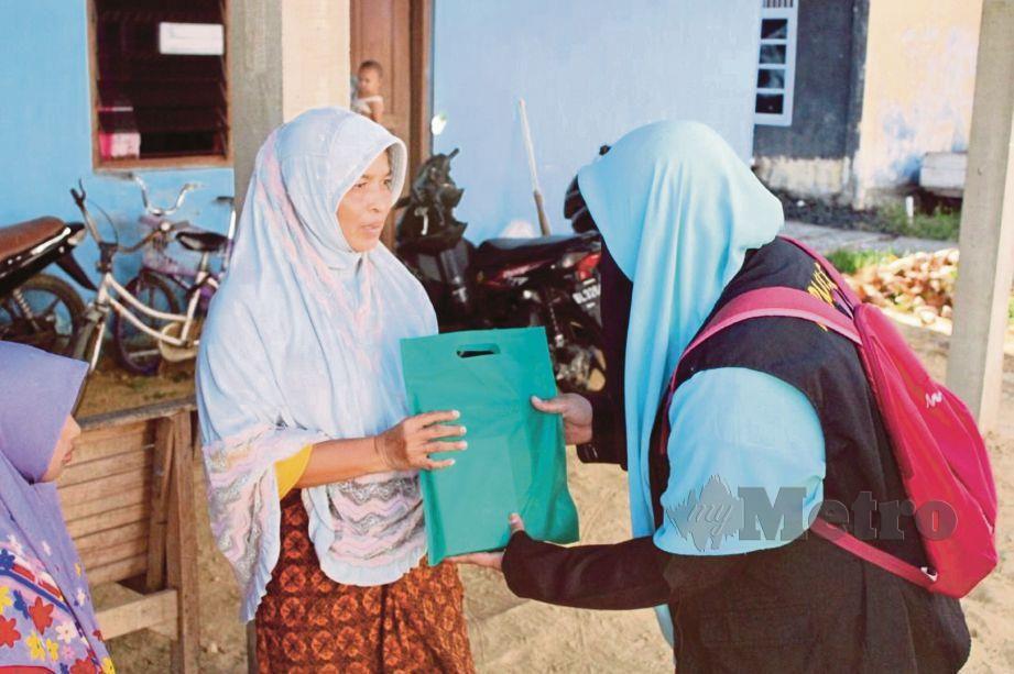 PENUNTUT Malaysia di Aceh mengumpul dana dan mengadakan program sumbangan kepada lebih 20 fakir miskin.