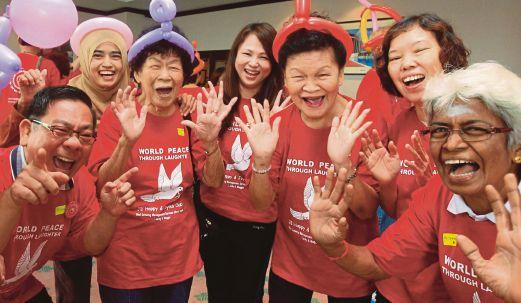 ANTARA peserta yang menyertai Program Sambutan Hari Ketawa Sedunia, semalam.