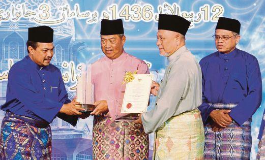 Syaikh Ismail (dua dari kanan) menerima anugerah daripada Muhyiddin.