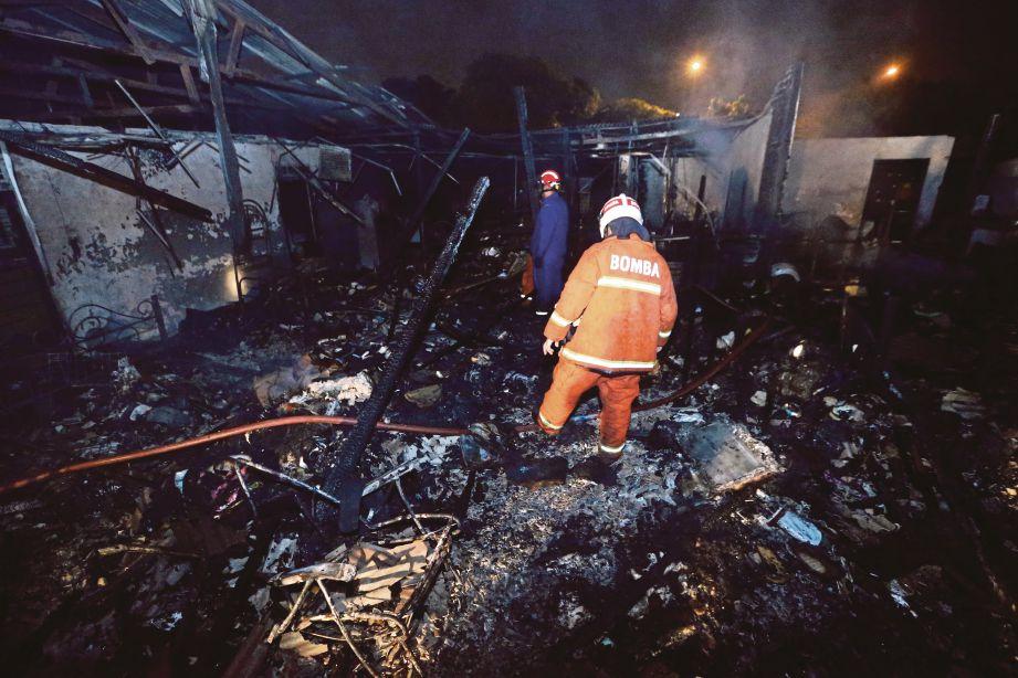 API marak membakar dua rumah di Lorong Laman 1, Kampung Pandan Dalam.