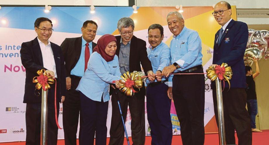 NANCY memotong reben ketika merasmikan Pesta Sains dan Kejuruteraan Kuala Lumpur 2017 (KLESF 2017), semalam.