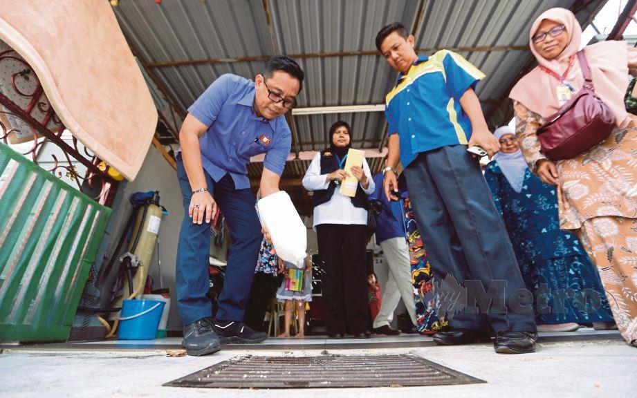 MOHD Khuzzan  membuang air bertakung di rumah penduduk ketika OPPI Negeri Johor di Taman Damai Jaya Makmur, Skudai, semalam.
