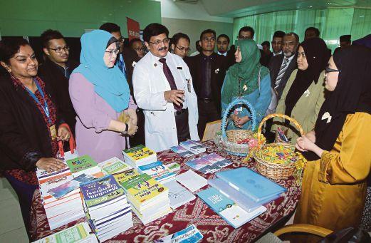 DR Jeyaindran (tengah) bersama Dr Zaininah (tiga kiri) melawattapak pameran.