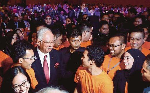 SEBAHAGIAN peserta SL1M beramah mesra dengan Perdana Menteri Datuk Seri Najib Razak selepas Majlis Perjumpaan Khas Bersama Peserta SL1M di Pusat Konvensyen Kuala Lumpur (KLCC), baru-baru ini.