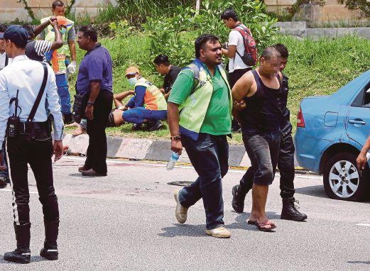 ANGGOTA polis  menahan suspek cubaan rompak berhampiran Bulatan Segambut di Jalan Kuching, semalam.