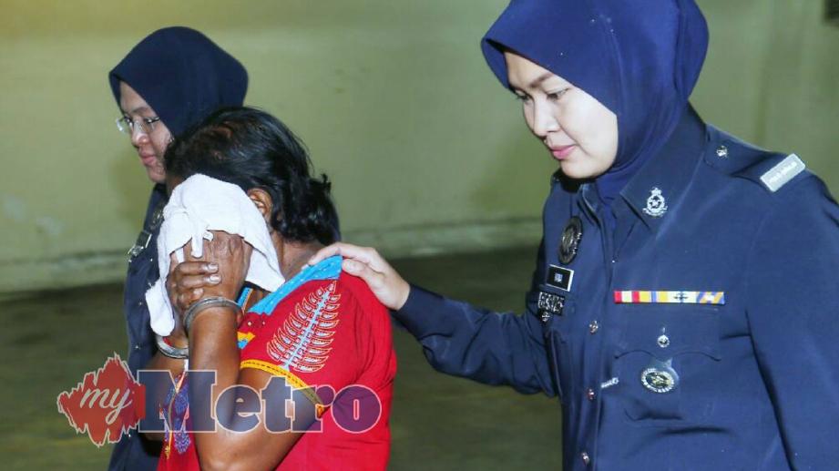 V Tanawali keluar dari Mahkamah Sesyen Petaling Jaya selepas dijatuhi hukuman penjara sehari dan denda RM6,000 atas pertuduhan mendera seorang kanak-kanak perempuan dua tahun lalu. FOTO Supian Ahmad