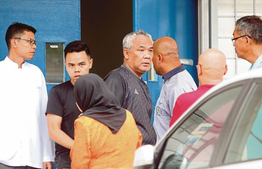 SEBAHAGIAN ahli keluarga warga Singapura menunggu jenazah empat beranak yang terkorban dalam kemalangan  di Jalan Lukut Sepang, semalam.