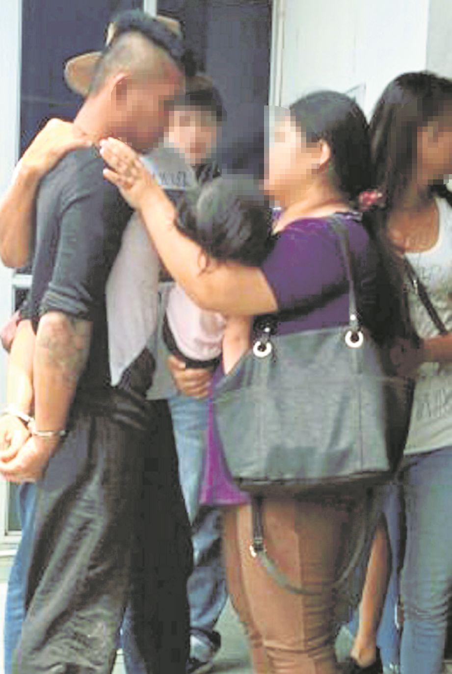 SUSPEK kes rompakan bertemu keluarga sebelum dibawa ke lokap Balai Polis Pusat Miri.