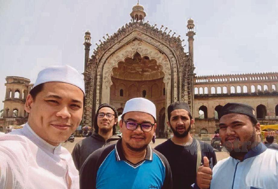 PENULIS (tengah) bersama penuntut Darul Uloom bergambar di hadapan gerbang Rumi Darwaza.