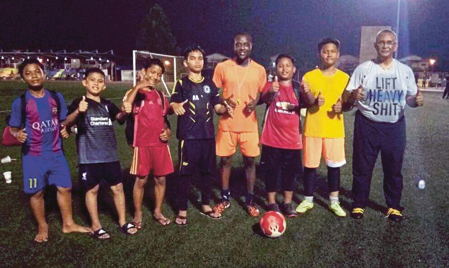 Noor Azam (kanan) bersama pemain akar umbi kelab.