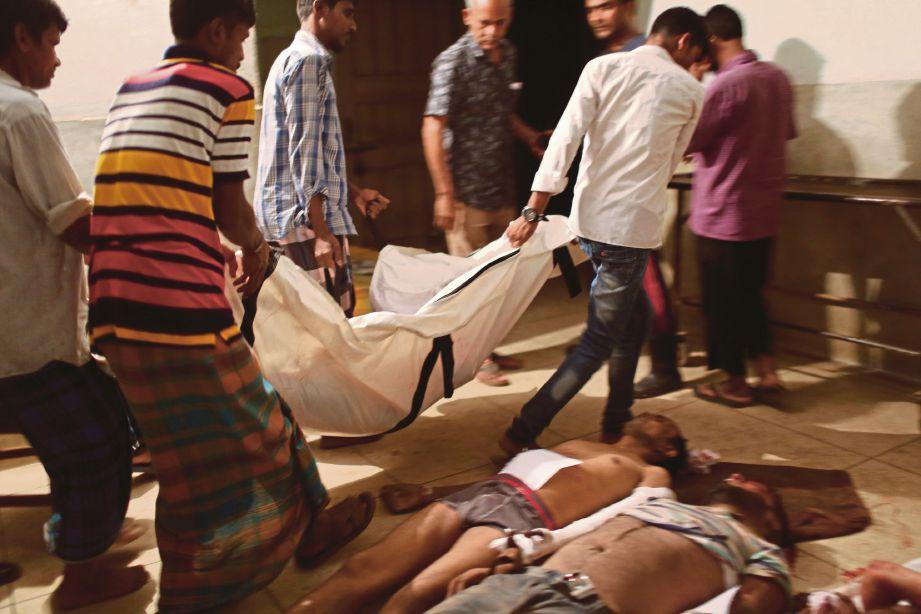 ANGGOTA penyelamat menyusun mayat pekerja yang maut dalam kejadian itu di Gazipur. - Reuters