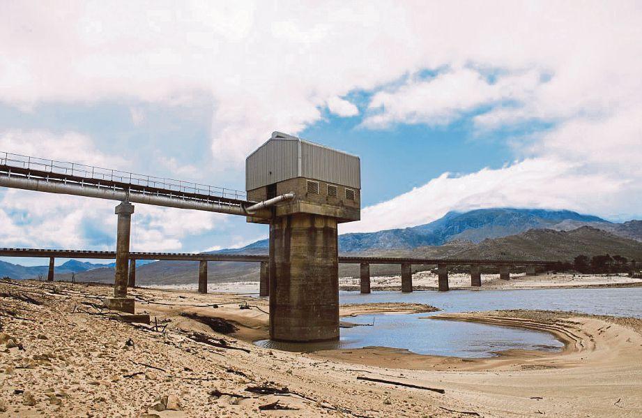 SUMBER air utama Cape Town adalah daripada empangan Theewaterskloof di pinggir Grabouw yang sudah kering. - Agensi