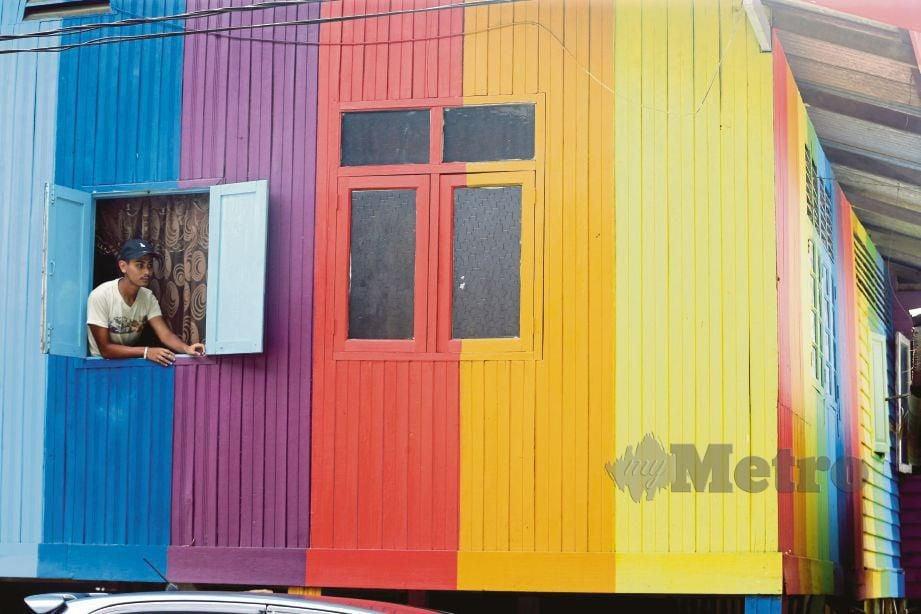 RUMAH penduduk kelihatan lebih ceria selepas dicat dengan warna pelangi.