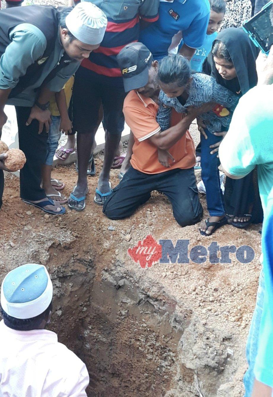 NUR Insyirah Imani Abdullah, 6, sugul ketika pengebumian ibunya, Aisyah Ponmoli Abdullah, 25, di tanah perkuburan Islam Raja Jumaat, Lukut, Port Dickson. FOTO Mohd Khidir Zakaria
