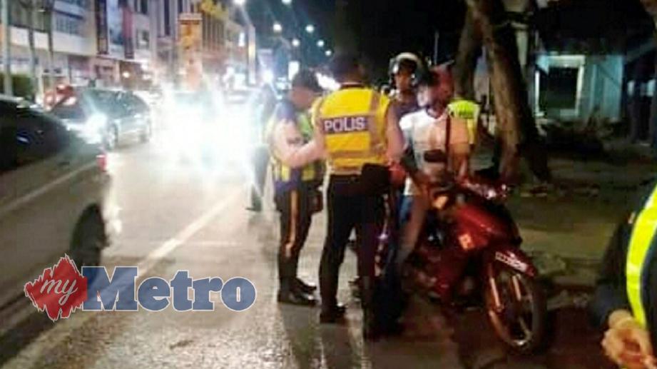 ANGGOTA polis dari Bahagian Siasatan Penguatkuasaan Trafik, Ibu Pejabat Polis Daerah (IPD) Kuantan menjalankan Ops Selamat di Jalan Teluk Sisek. FOTO Shahrulnizam Mohamad