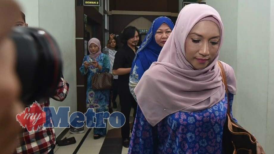 ZIANA Zain hadir ke Mahkamah bagi sebutan kes cerai terhadap suaminya, Armin Zaharin Ahmad Zambri di Mahkamah Rendah Syariah, Shah Alam. FOTO Muhd Sulaiman