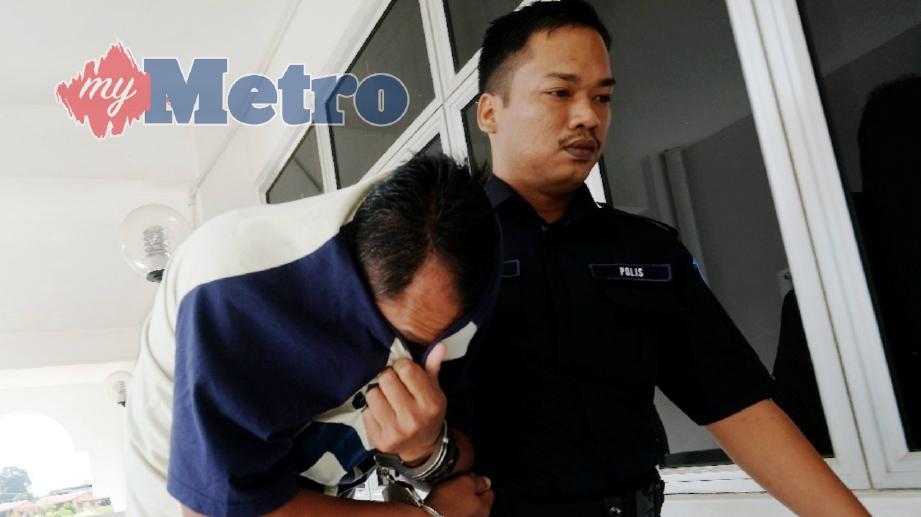 TERTUDUH, Nor Isham Tukiman, 35, didenda RM100 oleh Mahkamah Majistret Kota Tinggi selepas mengaku bersalah bermain mercun dalam kejadian yang mengakibatkan kematian seorang kanak-kanak di FELDA Papan Timur, 14 Jun lalu. FOTO Ibrahim Isa