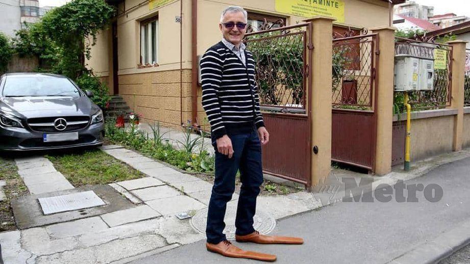 LUP memakai kasut unik rekaannya. FOTO Facebook