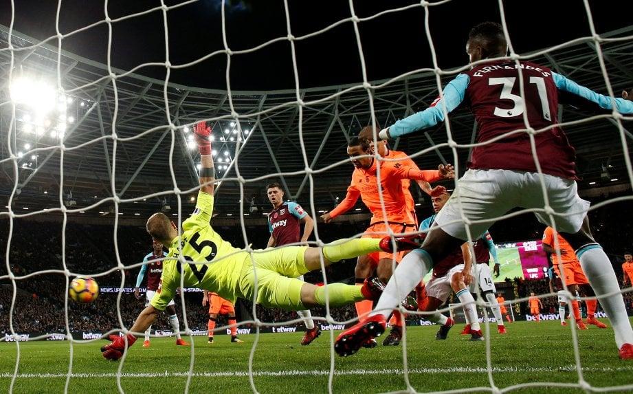 PEMAIN Liverpool, Joel Matip (tengah) menjaringkan gol untuk Reds. FOTO/AFP