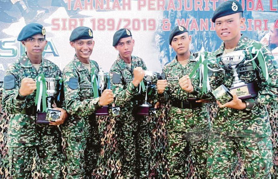MUHAMMAD Nuruddin (tengah) bersama rakan pelatih yang turut memenangi anugerah selepas Perbarisan Tamat Latihan Perajurit Muda Tentera Darat siri 189 di Pusasda, Port Dickson. FOTO Mohd Khidir Zakaria.