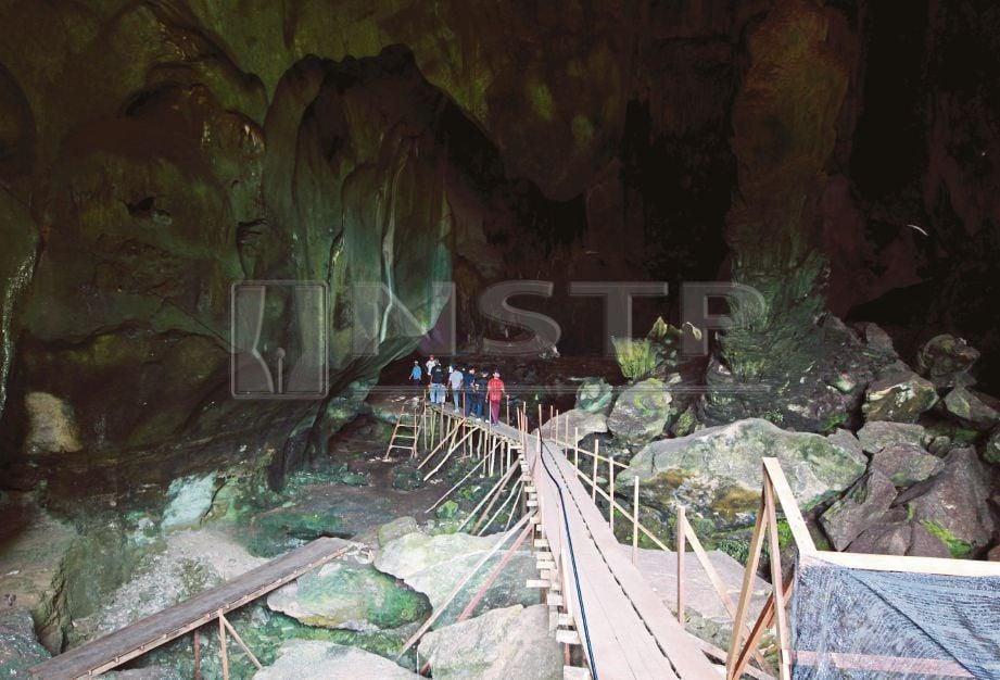 PINTU masuk utama Gua Sirih yang terdapat batu seperti sirih junjung di bahagian sebelah kanan gua.
