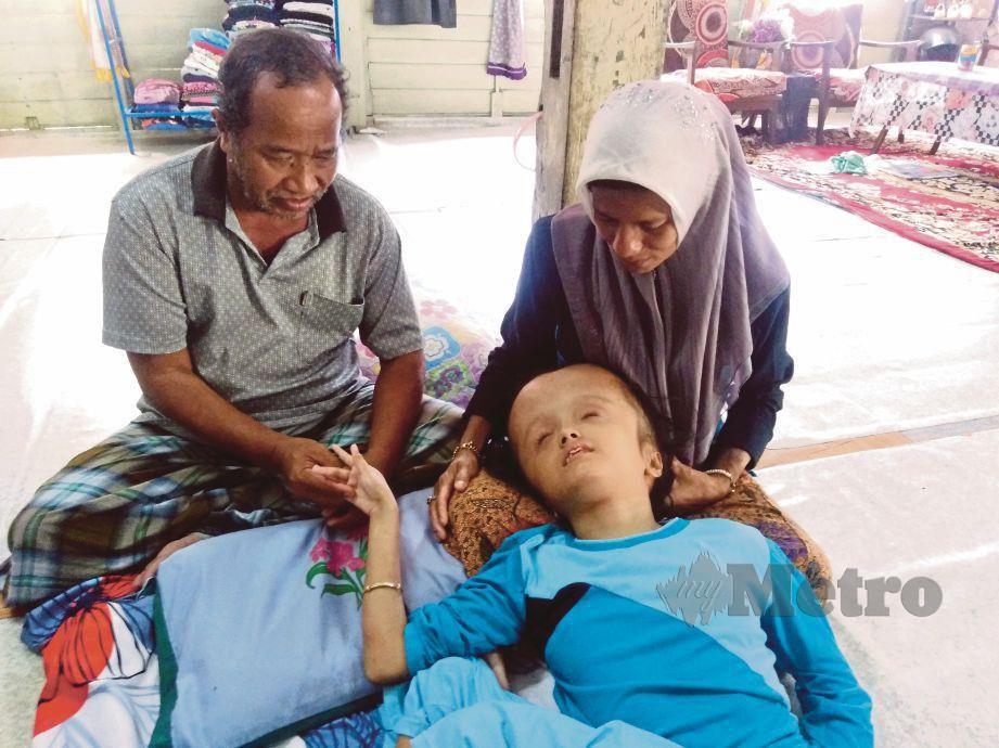 ROSNANI menemani Siti Nurul Syafikah yang terlantar. FOTO Hazira Ahmad Zaidi