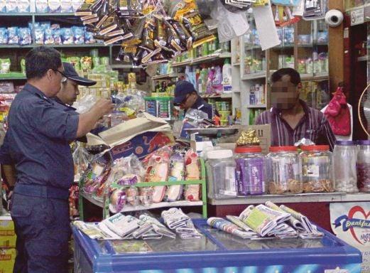 PEGAWAI penguat kuasa kastam membuat pemeriksaan di kedai runcit di Senawang, semalam.