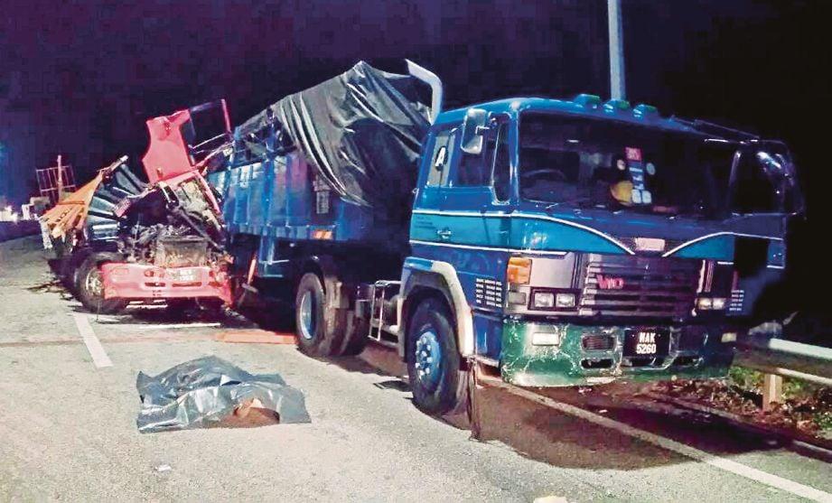 Kemalangan dua buah treler dan   lori yang m menyebabkan dua beranak maut, semalam.