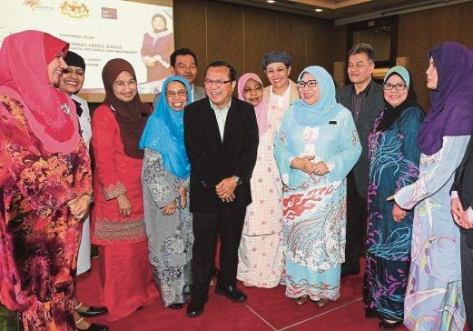 Rohani  bersama pemimpin masyarakat pada program Mari Bersama KPWKM di Hotel Hilton, Kuching, Sarawak.