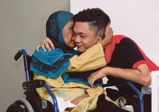 HAIRUL bersama ibunya yang lumpuh separuh badan.