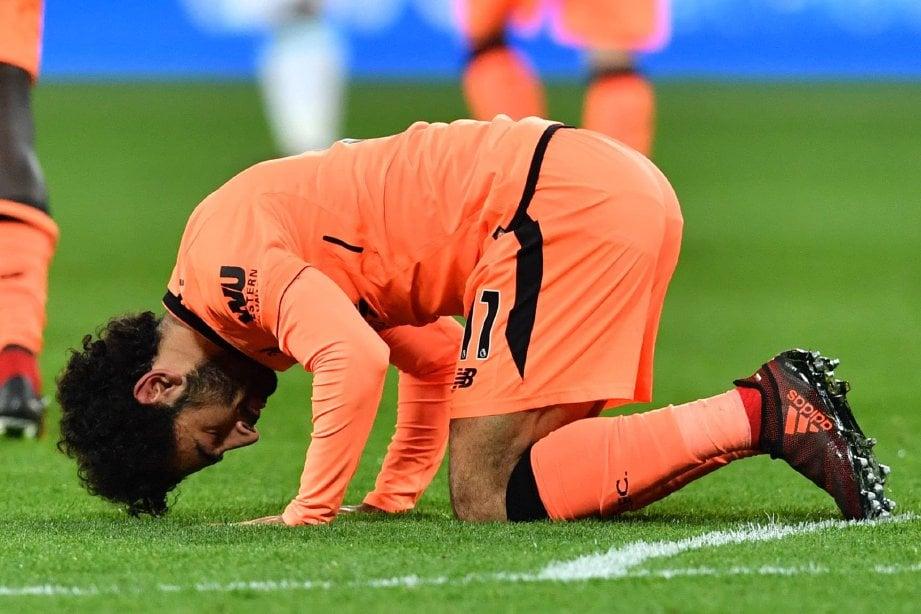 SALAH sujud syukur selepas menledak gol kedua. FOTO/AFP