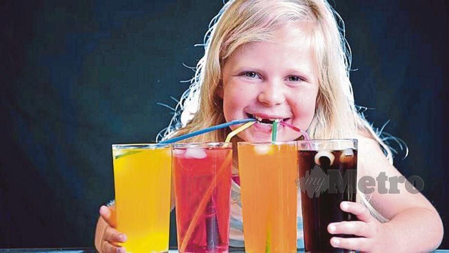 ELAK kanak-kanak mengambil minuman berperisa buah-buahan.